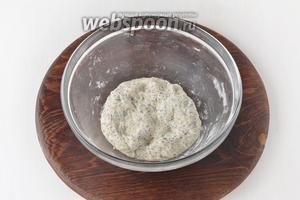 Замесить мягкое тесто. Разделить тесто на 4 части. Пока работаете с одной частью теста, накройте остальное тесто влажной салфеткой, чтобы оно не подсохло.