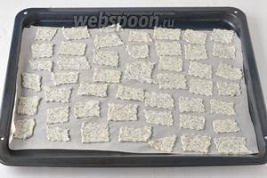 Выложить кусочки теста на противень с пергаментом. Готовить в предварительно разогретой до 200°С духовке 8 минут.