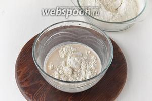 Постепенно добавить просеянную с солью 0,5 ч. л. остальную муку (около 380 г), а в конце замеса — подсолнечное масло 3 ст. л.