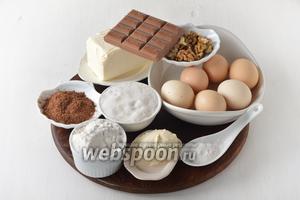 Для приготовления коржей нам понадобится пшеничная мука, сливочное масло (маргарин), яйца, какао, сахар, орехи, шоколад, разрыхлитель, пищевой аммоний, крахмал, сметана.