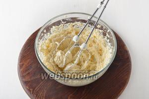 Для приготовления шоколадной части коржей соединить 250 г масла комнатной температуры и 170 г сахара. Взбить до образования пышной массы.