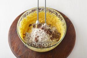 Пшеничную муку 320 г просеять с какао 2 ст. л. и разрыхлителем 18 г. Выложить в тесто и перемешать.