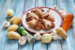 Для приготовления диких голубей понадобятся дикие голуби, картофель, лук репчатый, грибы шампиньоны, морковь, соль с травами.