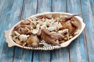 Грибы 300 г вымыть и нарезать на 2-4 части. Выложить на дно формы для запекания между голубями. Если грибы не свежесрезанные, а подсохшие, нужно в форму влить 200 мл воды или овощного бульона. 2 луковицы очистить, мелко нарезать и выложить сверху.