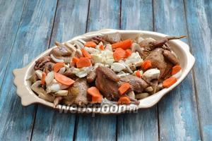 Очистить 1 морковь, нарезать небольшими кусочками в произвольной форме и выложить в форму.
