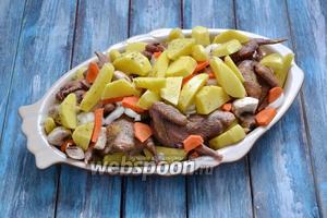 Картофель (8 штук) очистить, нарезать на 4-6 частей, приправить солью со специями и выложить в форму.