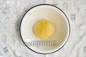 Замесить мягкое и нежное тесто. По своей консистенции оно будет напоминать детский размягчённый пластилин.