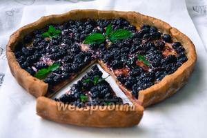 Готовый, сочный и нежный пирог с шелковицей разрезать на порционные части и подать на сладкий стол. По желанию пирог можно украсить листиками свежей мяты.