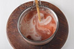 Влить тонкой струйкой сметанную смесь во фруктовую.