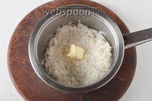 100 г риса отварить до готовности и соединить со сливочным маслом 1 ст. л. Перемешать.
