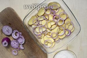 При желании смазать форму для запекания маслом. Выложить первый слой картофель, а сверху — лук.