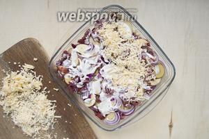 Посыпать блюдо тёртым сыром (150 г). Выпекать при 180°C 30 минут, а после при 160°C 30 минут. Если блюдо подгорает, накрыть фольгой.