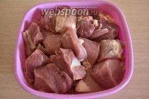 Свинину (2 кг) нарезать достаточно крупными кусками и выложить к луку.