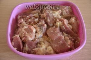 Мясо перемешать с луковым пюре.