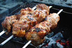 Наколоть кусочки мяса на шампуры. Запекать шашлык над углями без пламени. Жар углей позволяет прожарить мясо в течение 20 минут.