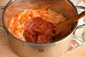 В кастрюле разогреть подсолнечное масло (0,5 стакана). Выложить лук с морковью и обжарить, а точнее потомить, до прозрачности лука. Выложить томатную пасту (1 банка, 340 грамм).