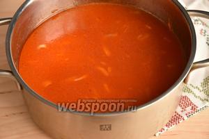 Влить воду (1,5 литра), добавить соль (1,5-2 ст. л.), сахар (4 ст. л.), уксус 9% (0,5 стакана), перец чёрный  горошком и перец душистый горошком (по 5 штучек), и лавровый лист (2 штуки). Перемешать. По желанию томатный соус, перед добавлением специй, можно пробить блендером до однородности.
