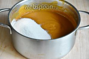 Получившееся абрикосовое пюре уварить до желаемой густоты, и только потом добавить 1 кг сахара. Если уваривать абрикосовое пюре с сахаром, конфитюр изменит цвет на более тёмный.