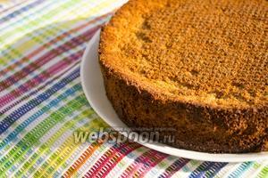Бисквит без добавления сахара готов! Осталось только выбрать способ подачи: разрезать бисквит на коржи и собрать торт, или же подавать с любимым вареньем!