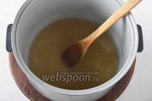 В чаше мультиварки (или толстостенной кастрюле) соединить 100 мл воды и 500 г сахара. Довести до кипения (в мультиварке на режиме «Тушение») и проварить 1 минуту.