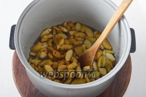Добавить очищенные и нарезанные небольшими кусочками груши 300 г. Готовить 15 минут.