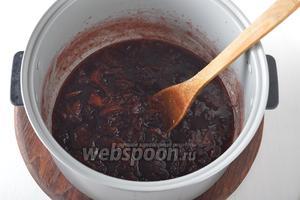 Готовить ещё 15 минут. Груши должны стать розовыми и полностью пропитаться брусничным сиропом, а капля сиропа из варенья не должна растекаться на холодном блюдце.