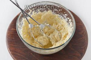 За это время приготовим тесто. Для этого 200 г масла комнатной температуры взбить с сахарной пудрой 100 г.