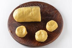Разделить тесто на 12 равных частей (воспользуйтесь весами).