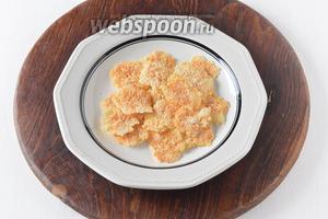 Снять чипсы с пергамента. Чипсы из сыра готовы.