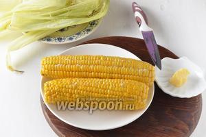 Очистить кукурузу. Горячую смазать сливочным маслом (1 ст. л.) и посыпать солью (0,5 ч. л.).