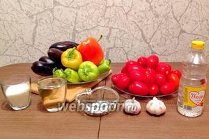 Подготовим ингредиенты по списку: баклажаны, перец, воду, масло, помидоры, сахар, соль, уксус, чеснок. Вымоем и высушим овощи.