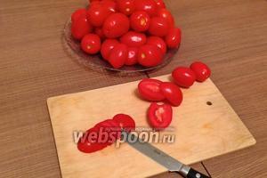 Нарезаем помидоры (1,5 кг) сначала на половинки, затем каждую на небольшие полукольца.