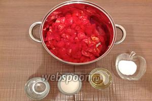 Нарезанные томаты выкладываем в кастрюлю, добавляем 1 ст. л. соли, 125 г сахара, 250 мл растительного масла, 125 мл воды.