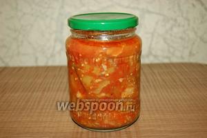 Ставим банки стерилизовать любым удобным способом, крышки к ним заливаем кипятком на 10 минут. Раскладываем баклажаны с томатами по банкам. Закрываем или закручиваем банки крышками.