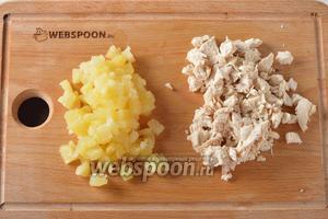 Куриное филе 350 г отварить до готовности в слегка подсоленной воде, охладить. Нарезать небольшими кубиками. Консервированный ананас отцедить от сиропа. Нарезать небольшими кусочками (250 г).