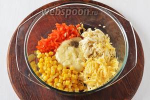 Соединить перец, 2 вида сыра, кукурузу, 100 г майонеза, пропущенный через пресс очищенный чеснок (1 зубчик). Приправить солью 0,3 ч. л. и чёрным молотым перцем 0,1 ч. л.