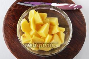1 кг картошки очистить и нарезать крупными кусками. Средний картофель разрезать на 8 частей, мелкий — на 4 части, очень крупный — на кусочки длиной и шириной 2 сантиметра.
