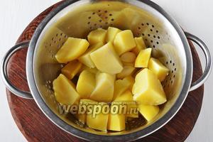 Сцедить воду с картофеля и оставить его в дуршлаге на 2 минуты, чтобы он хорошо обсох.
