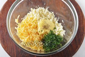 Соединить капусту, мелко рубленный укроп (1 пучок), сыр, майонез, соль 0,2 ч. л., чёрный молотый перец 0,1 ч. л. Перемешать. Дать постоять салату 15 минут в холодильнике.