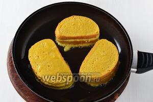 Обжарить на горячей сковороде с подсолнечным маслом 2 ст. л., с обеих сторон до золотистой корочки.