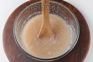 Соединить картофель, тёплую воду (400 мл, 37°С), сахара 2 ст. л., соль 0,75 ч. л., подсолнечное масло 4 ст. л., раскрошенные дрожжи 20 г. Перемешать.