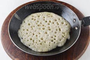Аккуратно перемешать тесто. Выпекать блины на среднем огне, на хорошо смазанной сковороде, с обеих сторон, до золотистой корочки.