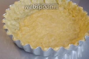Руками распределяем тесто по дну и стенкам формы и убираем форму в холодильник. Пока тесто остывает, начинаем заниматься начинкой.