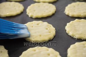 Смазываем тонким слоем сгущённого молока. Сгущёнка не должны вытекать за край печенья, так как она может пригореть и дать неприятный привкус.