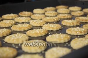 Ставим противень с крекерами в разогретую до 150°C духовку на 25 минут. Периодически проверяем их внешний вид: крекеры нужно вытаскивать из духовки, как только они зарумянятся.