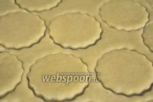 Раскатываем в пласт тесто, толщиной около 0,5 см, и вырезаем крекеры формочками для печенья. Классические французские крекеры имеют квадратную форму с волнистыми краями, тесто для них режется специальными ножницами или роликом, но можно воспользоваться любыми формами.