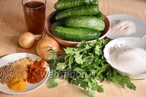 Подготовить необходимые продукты: огурцы, лук, соль, яблочный уксус, зелень петрушки, соль, сахар, зёрна горчицы, кориандр, паприку, перец острый.