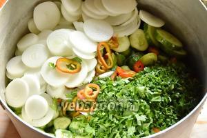 Сложить все овощи в кастрюлю.