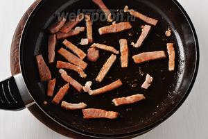 На той же сковороде с жиром обжарить 150 грамм ветчины, нарезанной соломкой.
