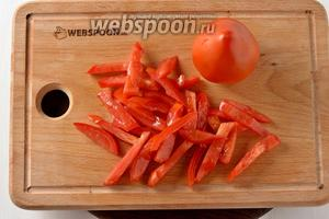 200 грамм помидор нарезать соломкой.